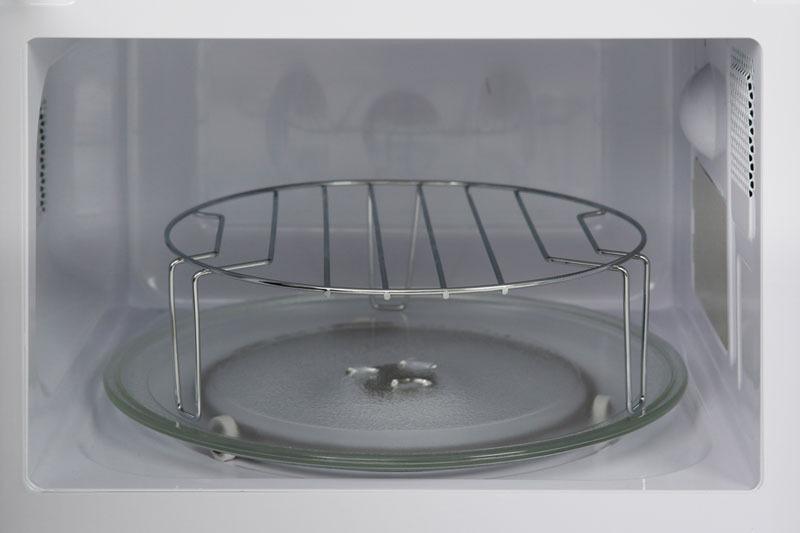 Phụ kiện của lò có đĩa thủy tinh, vòng xoay và vỉ nướng cho bạn nấu nướng linh hoạt, tiện lợi hơn