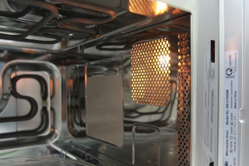 Đèn chiếu sáng giúp quan sát bên trong lò thuận tiện