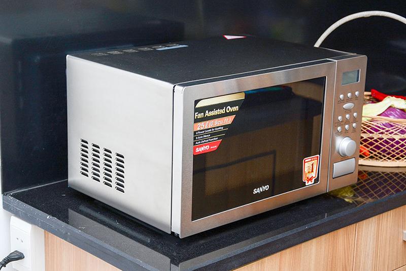 Lò vi sóng Sanyo EM-SL60C 25 lít Lò có thiết kế sang trọng và hiện đại