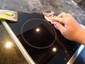 Mách nhỏ mẹo vệ sinh mắt bếp từ, bếp hồng ngoại