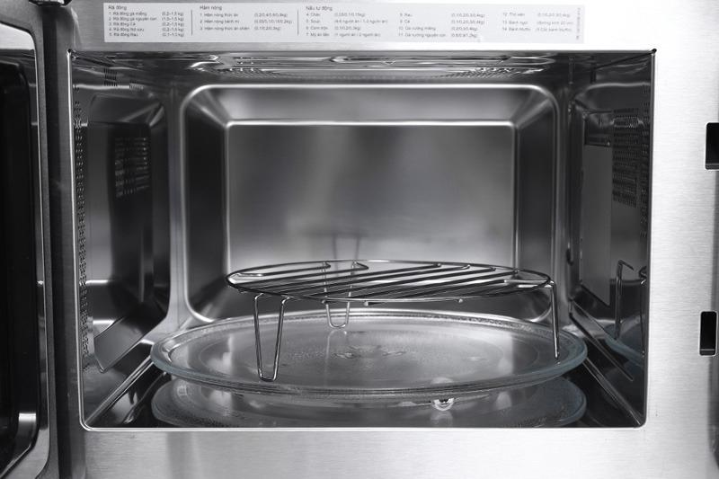 Lò vi sóng đa chức năng: nấu, hâm nóng, rã đông với công suất vi sóng tới 800 W, cộng thêmchức năng nướng đối lưu tiện dụngvới công suất nướng đến 1000 W