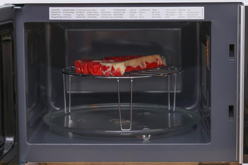 Ngoài nấu, hâm nóng, rã đông, lò vi sóng còn giúp bạn chế biến các món nướng dễ dàng
