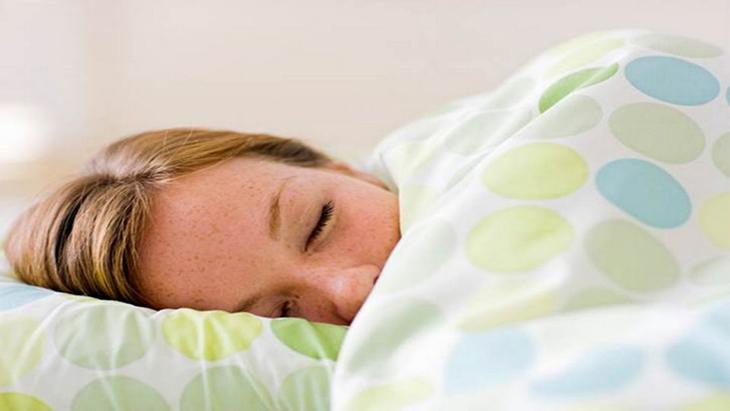 3 tác dụng bất ngờ của việc vừa bật điều hòa vừa đắp chăn khi ngủ 1