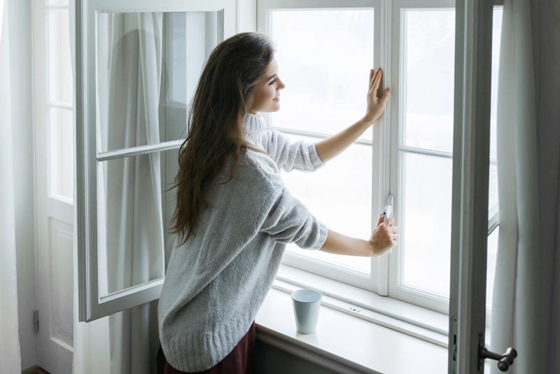 Vào mùa nóng, tránh mở cửa sổ từ 11h đến 16h