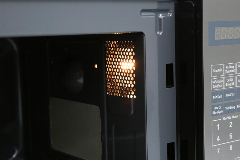 Khoang lò có đèn hỗ trợ quan sát khi đun nấu