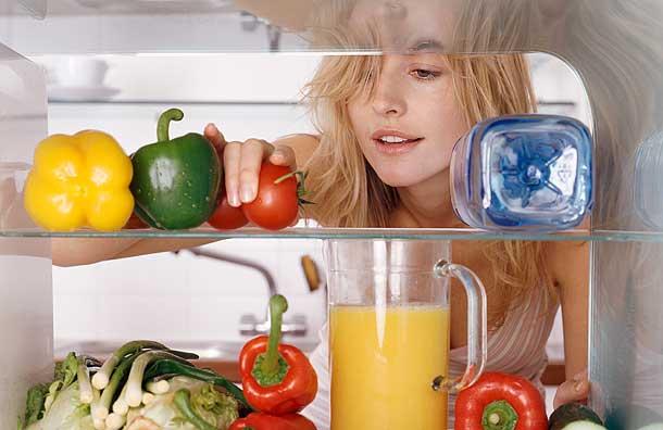 chuyển đồ ăn ra ngoài tủ lạnh