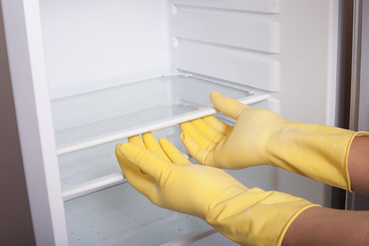 tháo ngâm các ngăn tủ lạnh