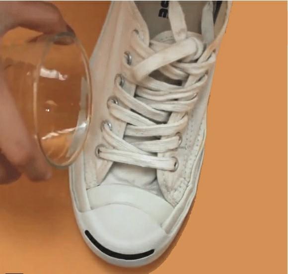 chống thấm nước cho giày trắng