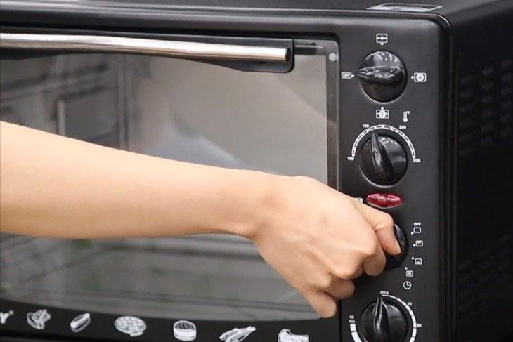 Làm nóng lò trước khi nướng