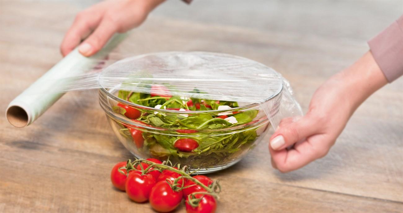 Bọc kín thực phẩm trước khi cho vào tủ