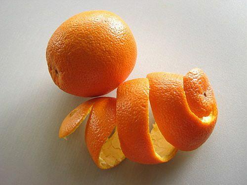 Cho vỏ cam, quýt hay vài lát chanh vào tủ lạnh