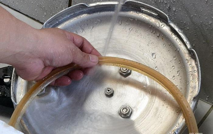 Rửa nắp nồi áp suất