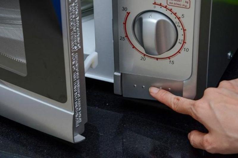 Mở cửa lò nhẹ nhàng bằng cách ấn nút