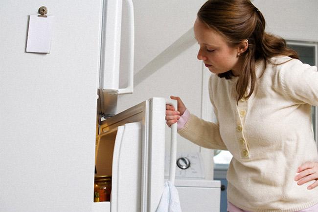 Tủ lạnh đổ mồ hôi do thời tiết nồm ẩm ướt