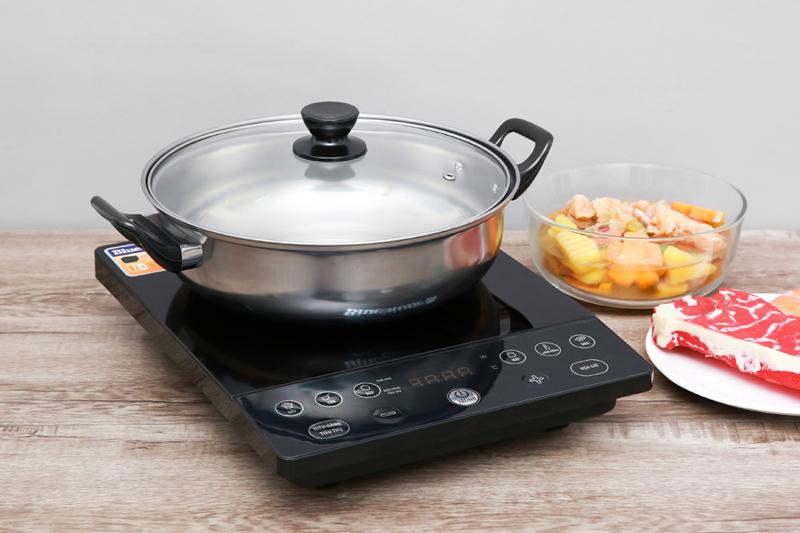 Bếp từ Bluestone thiết kế gọn đẹp với mẫu bếp đơn sang trọng, tiết kiệm không gian dùng.