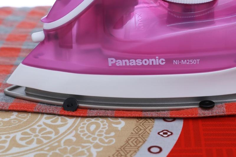 Bàn ủi hơi nước Panasonic NI-M250TPRA đường rãnh cúc
