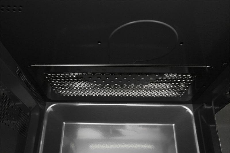 Lò vi sóng có nướngvới công suất vi sóng 800 W, công suất nướng 1000 W giúp nấu ăn nhanh chóng, tiết kiệm thời gian