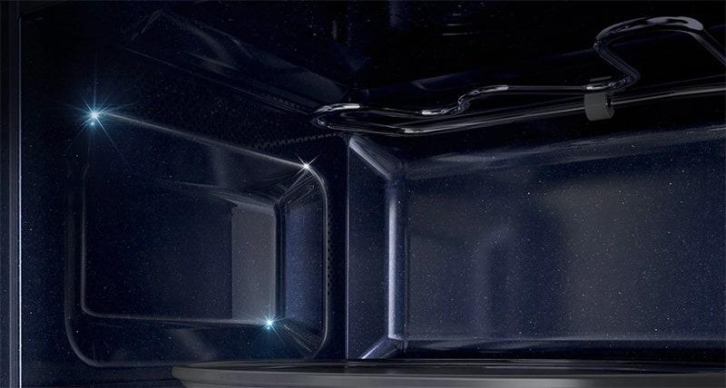 Khoanglò vi sóng Samsungđược tráng men Ceramic bền bỉ, dễ dàng vệ sinh sau khi sử dụng, không sinh ra chất độc hại khi nấu nướng