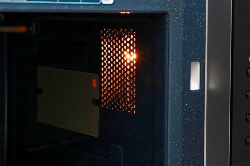 Bên trong khoang lò có đèn giúp bạn dễ dàng quan sát quá trình nấu thức ăn