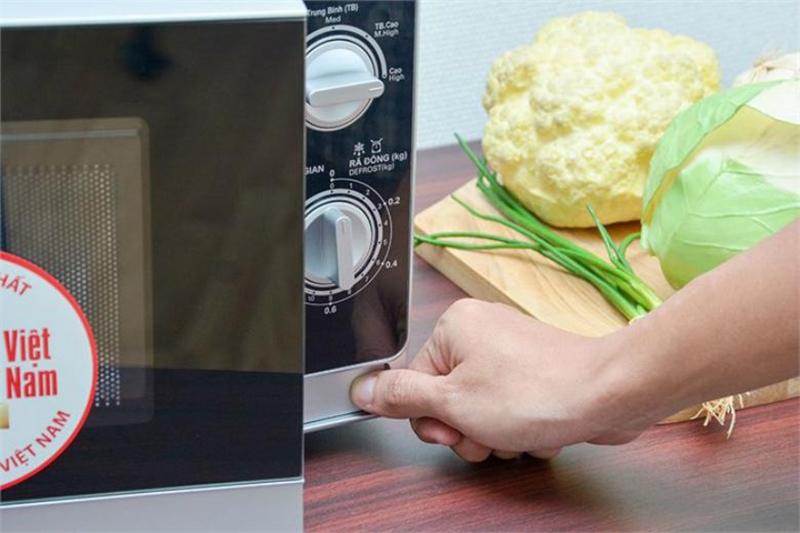 Cửa lò có thiết kế nút ấn để mở dễ thao tác