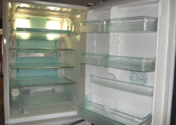 Tủ lạnh trống