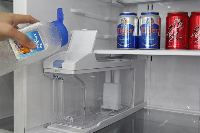 cho nước vào hộp đá bên trong tủ lạnh